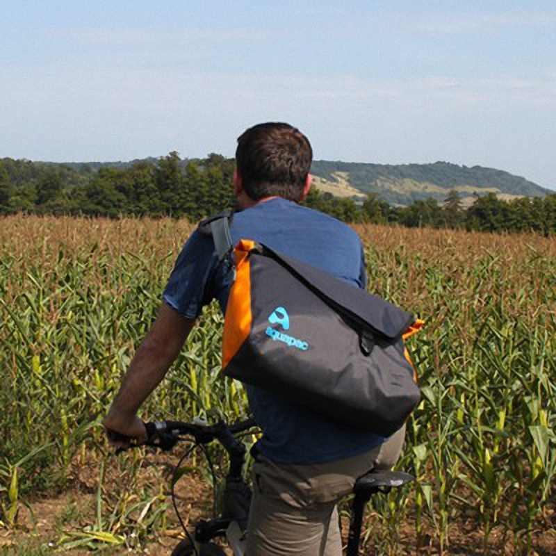 Водонепроницаемая сумка Aquapac 026 - Stormproof Messenger Bag.. Aquapac - №1 в мире водонепроницаемых чехлов и сумок. Фото 7