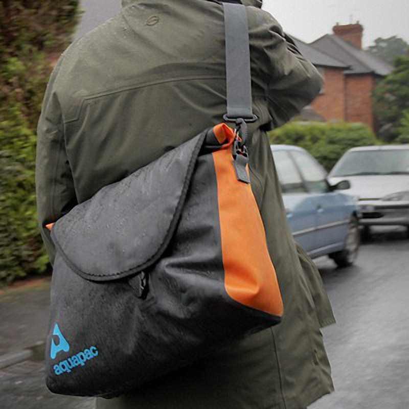 Водонепроницаемая сумка Aquapac 026 - Stormproof Messenger Bag.. Aquapac - №1 в мире водонепроницаемых чехлов и сумок. Фото 8