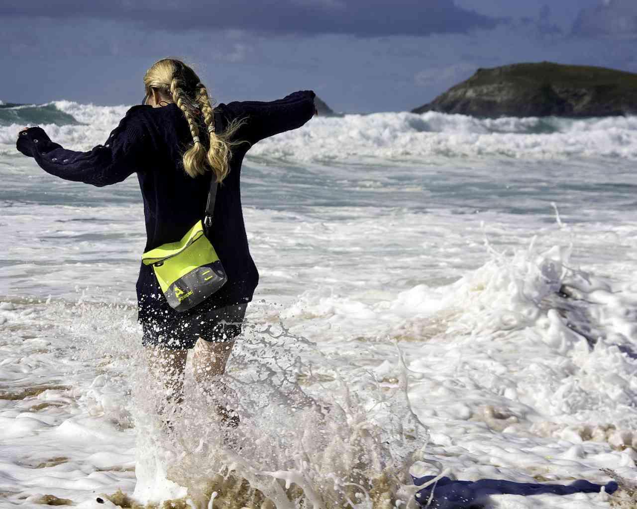 Брызгозащитная сумка Aquapac 051 - TrailProof™ Tote Bag – Small.. Aquapac - №1 в мире водонепроницаемых чехлов и сумок. Фото 6