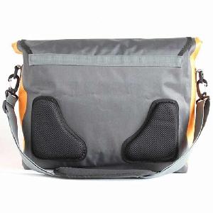 Водонепроницаемая сумка Aquapac 026 - Stormproof Messenger Bag.. Aquapac - №1 в мире водонепроницаемых чехлов и сумок. Фото 6